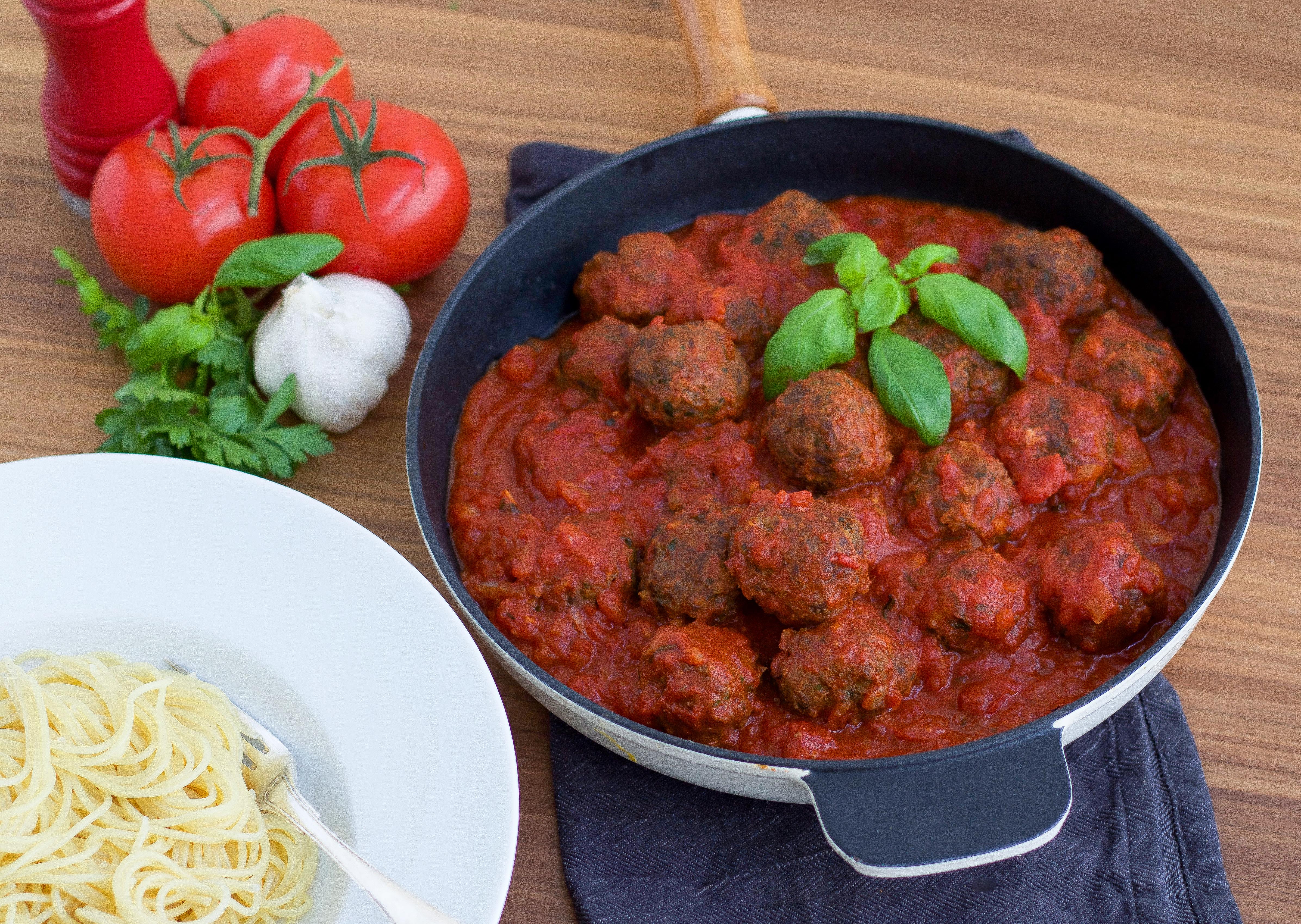 köttfärsbiffar i kryddig tomatsås